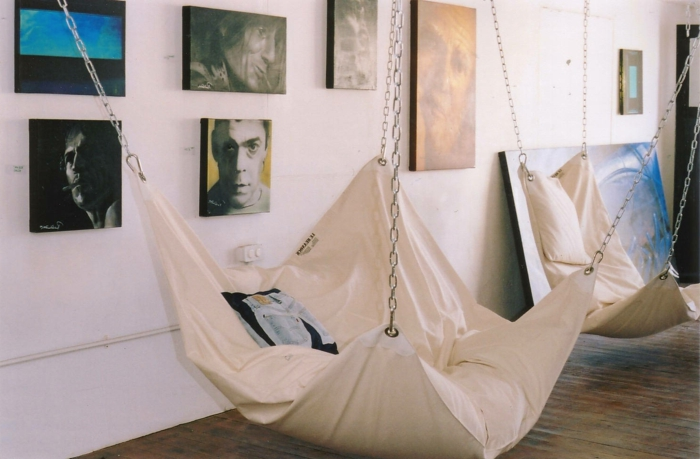 balancoire interieur, deux hamacs accrochés au plafond, photographies artistiques