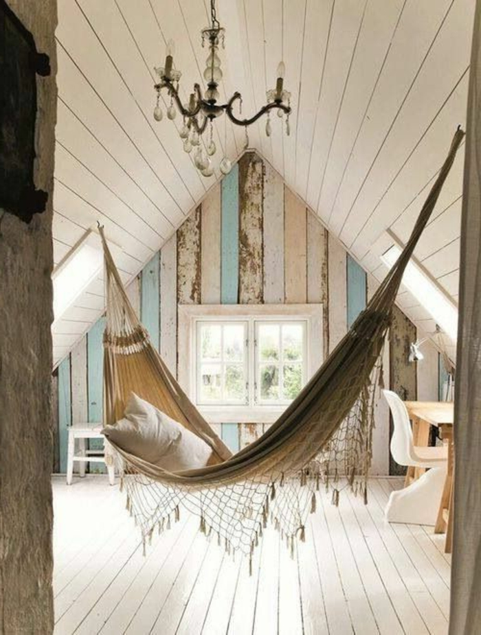 balancoire interieur, chambre attique style shabby chicn plafonnier pampilles