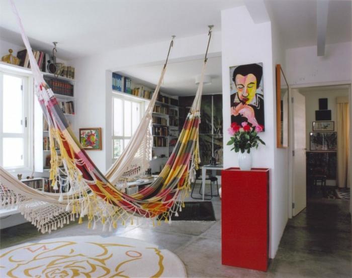 balancoire interieur, étagères blanches autour des fenêtres dans un salon moderne