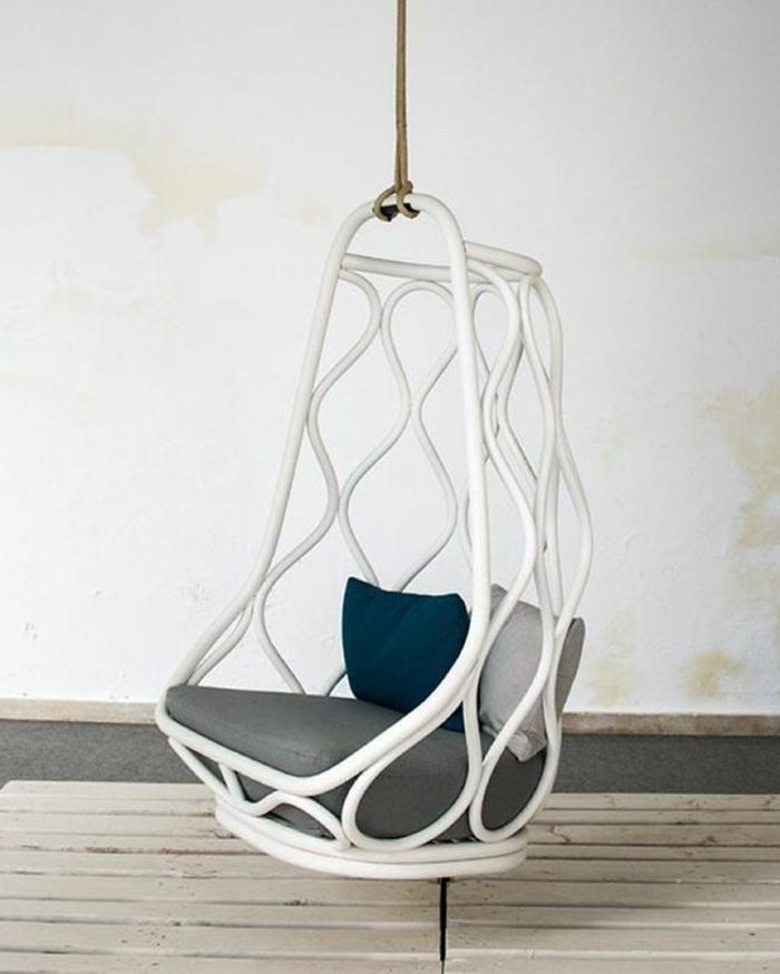 balancoire interieur, chaise suspendue blanche avec coussins