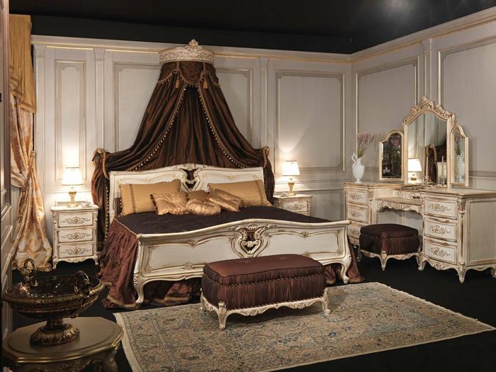 deco baroque, rideaux longs, murs blancs, plafond noir, lit baroque, banc baroque