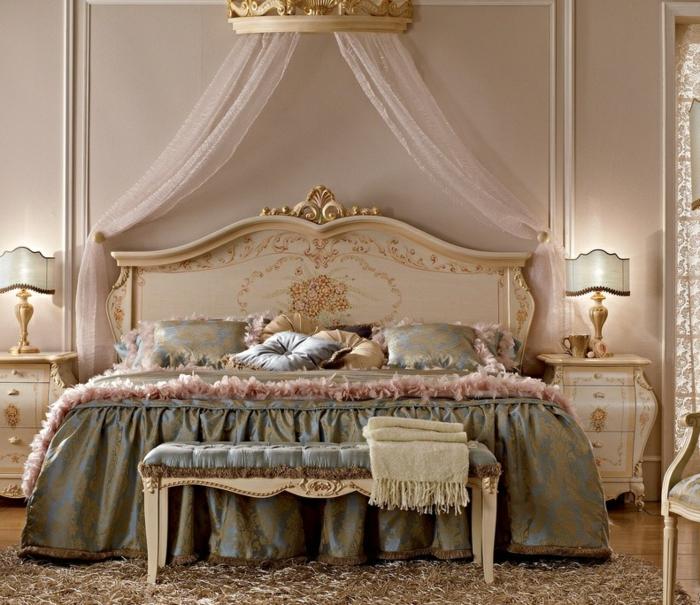 lit baroque, chambre baroque, murs blancs, tapis moelleux, lampes de chevet dorées