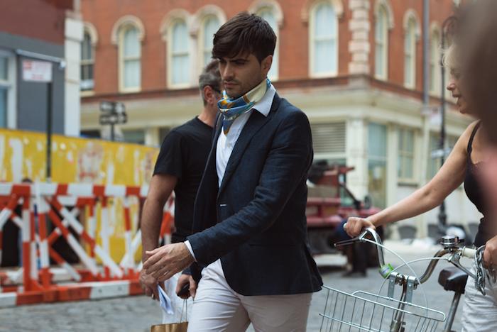 bandana foulard hermès homme en soie avec chemise blanche