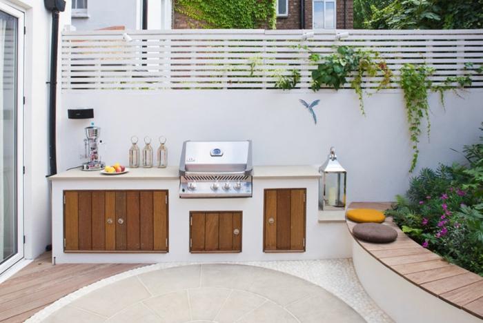 espace barbecue bi-matériel aménagé dans la cour intérieure, cuisine d'été avec barbecue