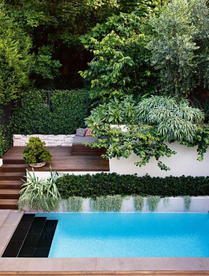 une margelle de piscine couloir de nage en dallage, une piscine à niveau, carrelage plage piscine et terrasse en bois