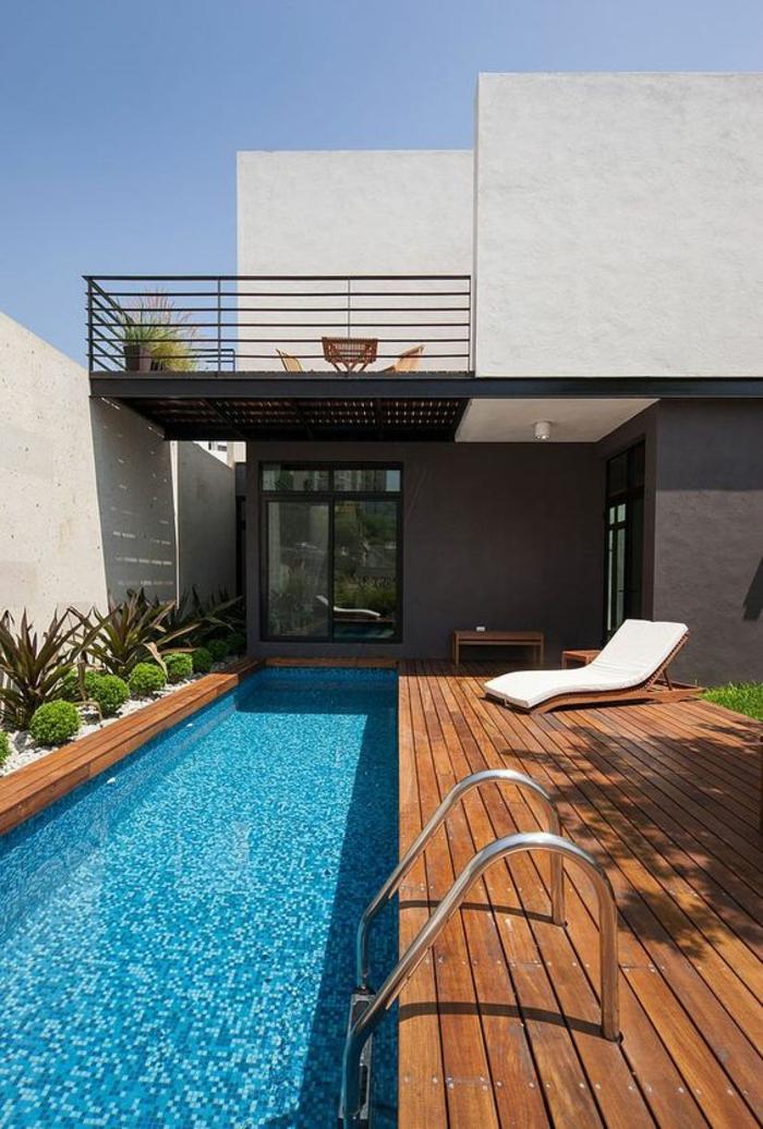 un couloir de nage au design contemporain, une plage de piscine bois composite