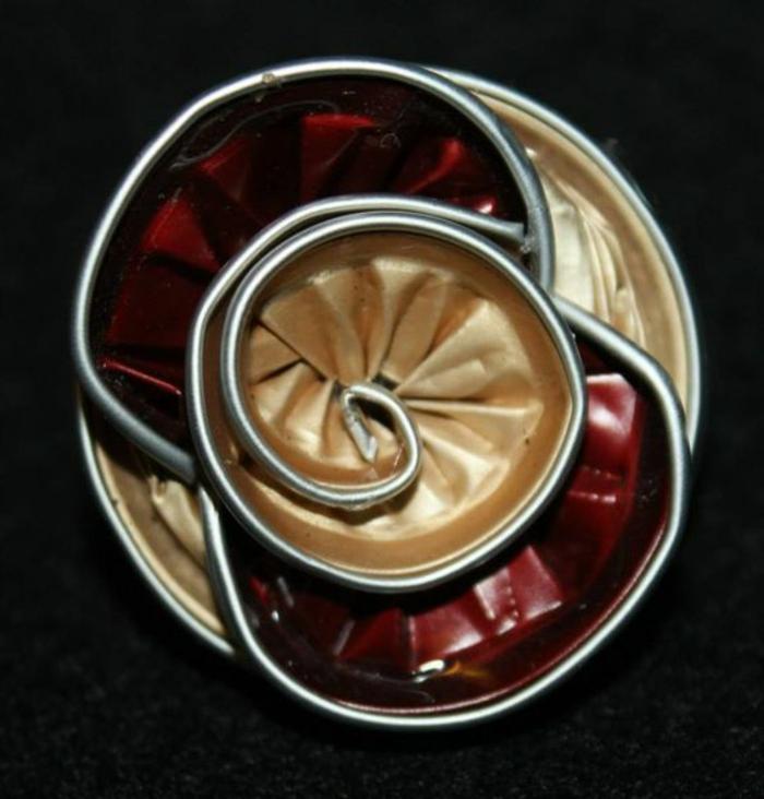 bijoux capsules, bague ou médaillon avec capsules de deux couleurs