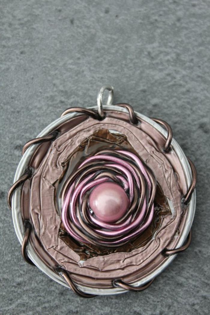bijoux capsules nespresso, médaillon avec une perle rose et fil tordu
