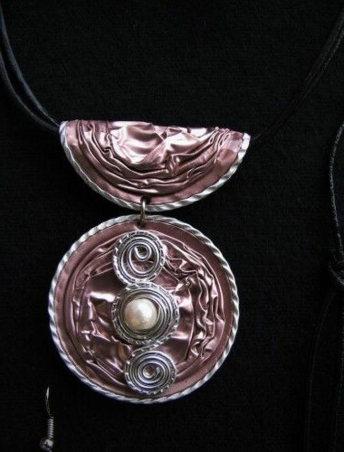 bijoux capsules, pendentif couleur rose