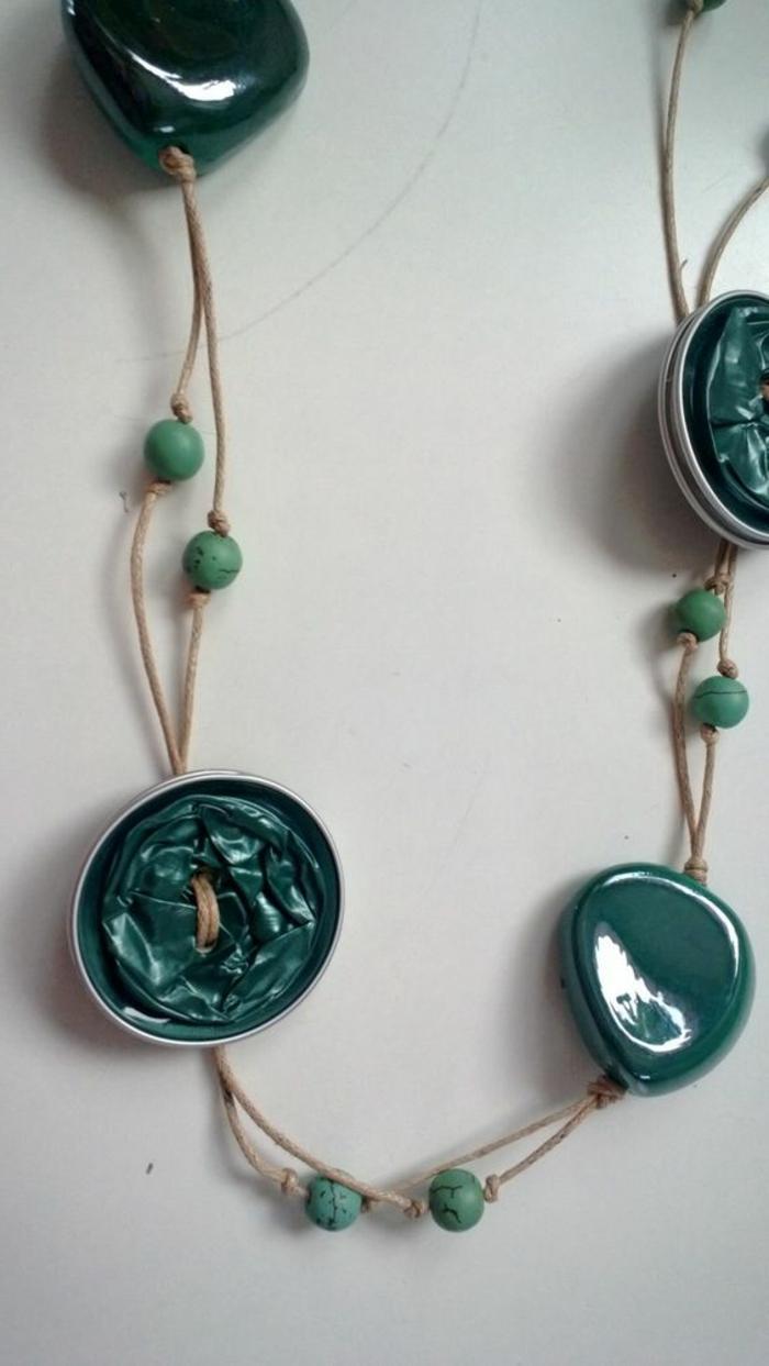 bijoux en capsules nespresso, collier avec ficelle de bijoux et des capsules