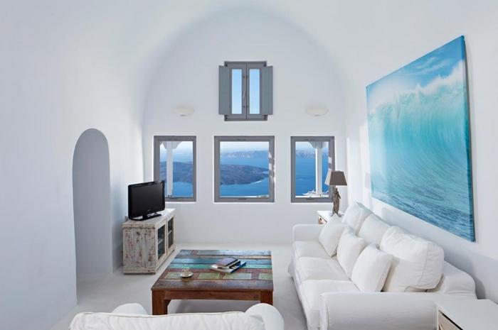 décoration grecque, volets, armoire ancien, arc blanc, canapé blanc, table basse en bois