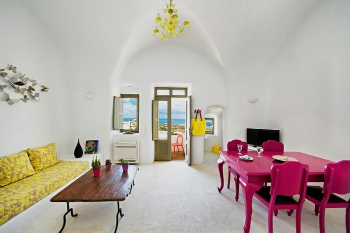 décoration grecque, lustre en cristaux jaune, canapé à motifs floraux, table basse en bois