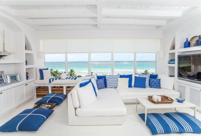 décoration grecque, bateau décoratif, cadres photos en argent, coussins bleus
