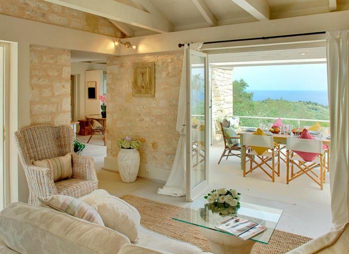 meuble en pierre grec, plafond avec poutres en bois, portes vers la terrasse