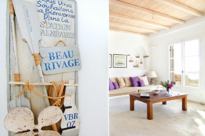 décoration grecque, salon blanc, plafond avec poutres en bois, tableau bienvenue