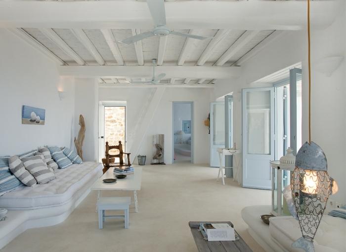 décoration grecque, plafond avec poutres en bois, ventilateur de plafond, portes bleu clair