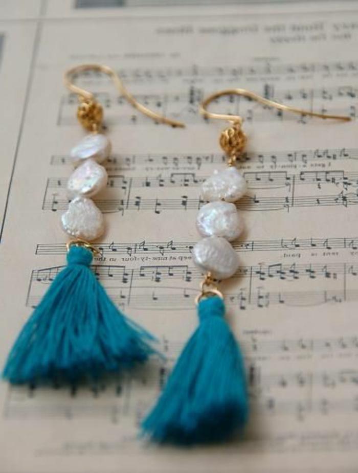 diy boucle d'oreillle avec pompons bleus et perles blanches