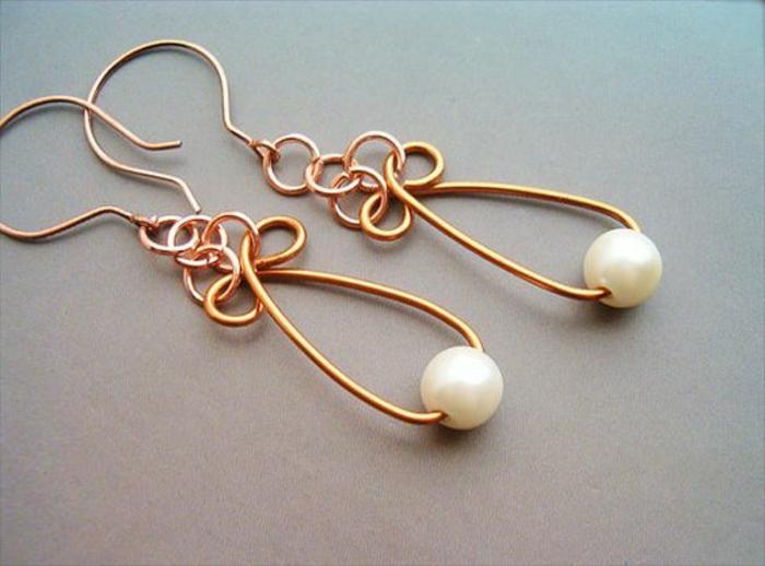 boucle d'oreillle diy en perles blanches et fil cuivré tordu