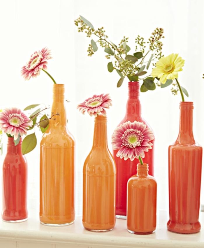 des bouteilles couleur orange et rouge, vase de fleurs coloré, décoration florale chambre, diy facile, tuto deco