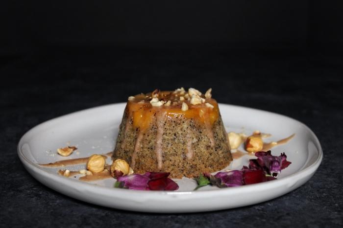 idée mug cake chocolat sans oeuf, recette petit gâteau facile végétalien avec glaçage en caramel et morceaux de noix