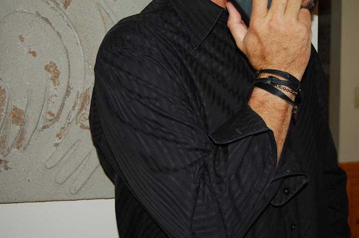 bracelet cordon homme cuir noir au poignet