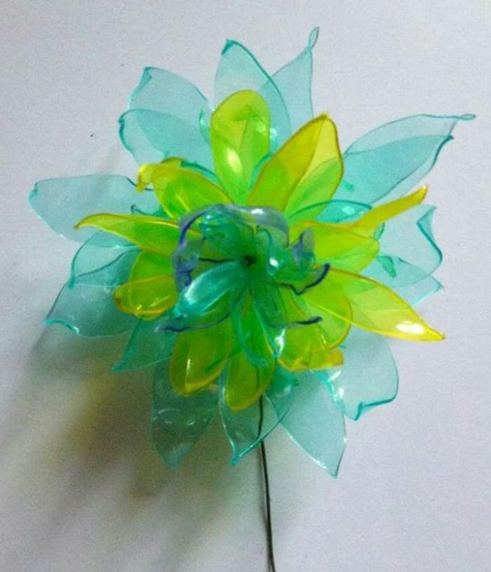 bricolage avec des bouteilles en plastique, fleur décorative en trois couleurs