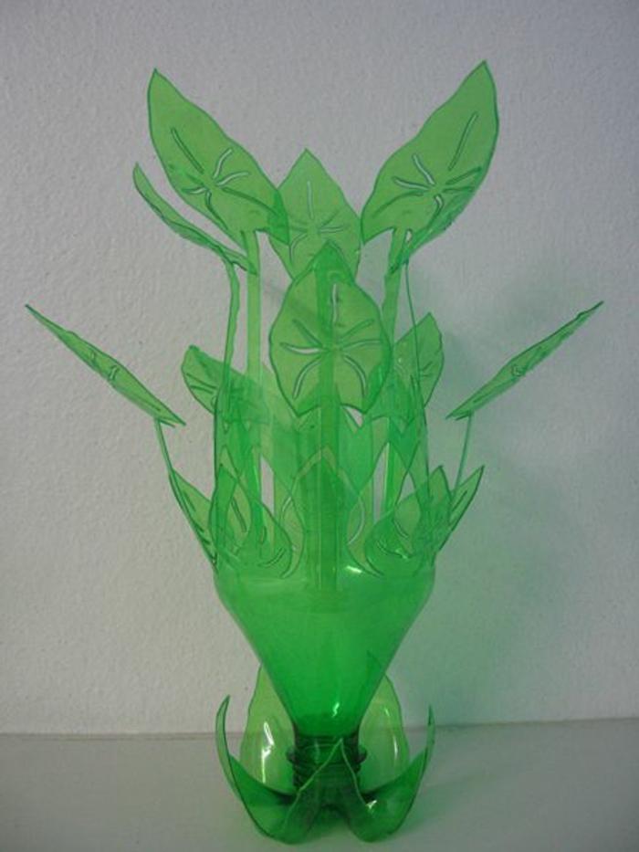 bricolage avec des bouteilles en plastique, bouteille transformée en plante