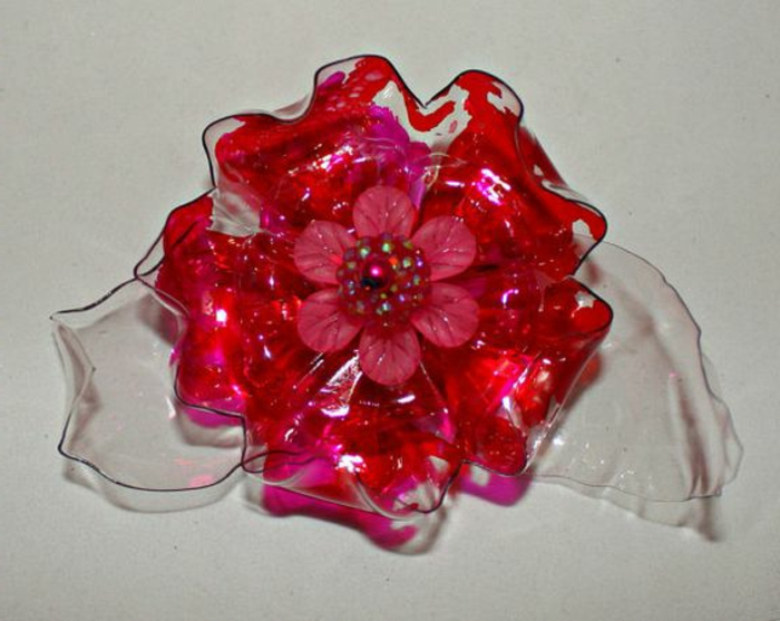 bricolage bouteille plastique, fleur couleur carmin