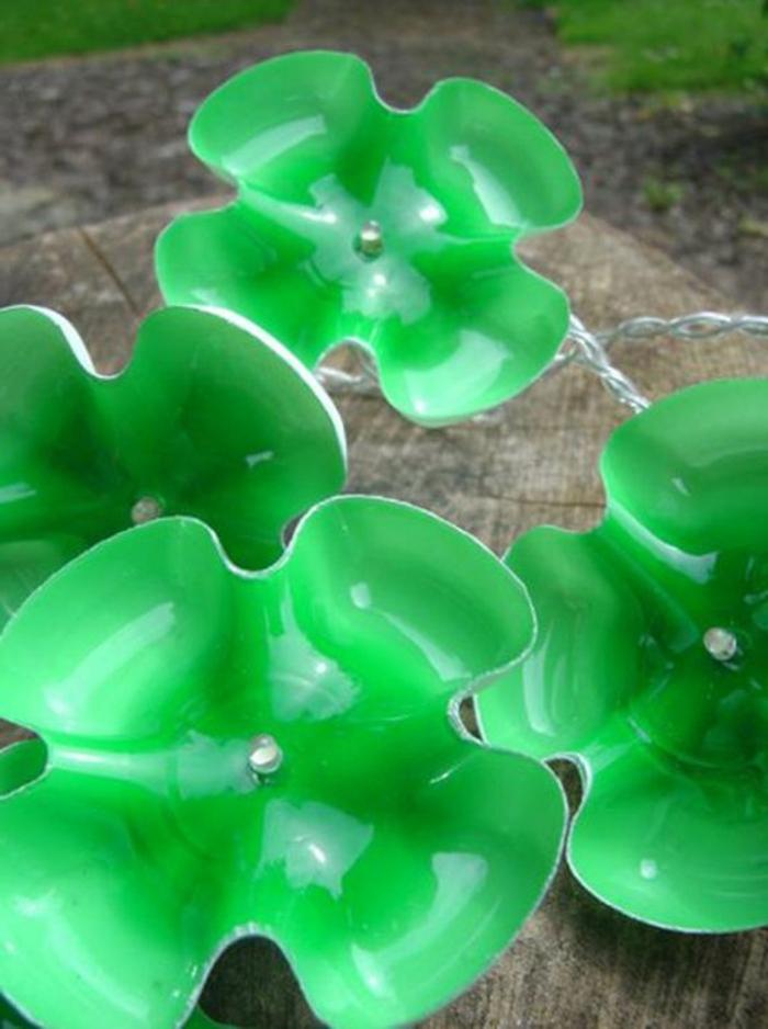 bricolage bouteille plastique, recycler les bouteilles en faisant des fleurs