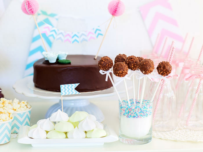 buffet gourmand pou une baby shower fille ou garçon, des sucettes au chocolat et des meringues
