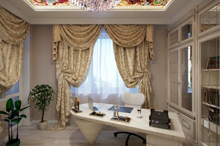 deco baroque, rideaux longs à motifs floraux dorés, banc baroque, fleurs vertes