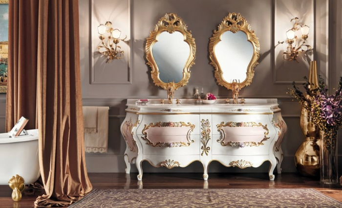 deco baroque, salle de bain, miroirs dorés, rideaux longs, baignoire avec pieds dorés