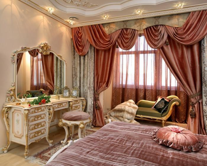 rideau baroque, grand miroir, plafond avec déco en plâtre, mobilier baroque