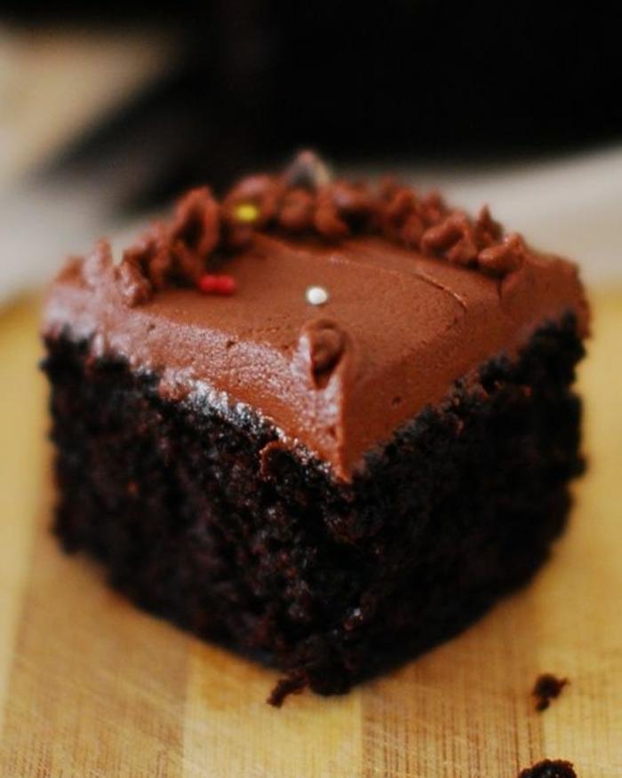cake sans oeuf au chocolat avec glaçage noir mousseux
