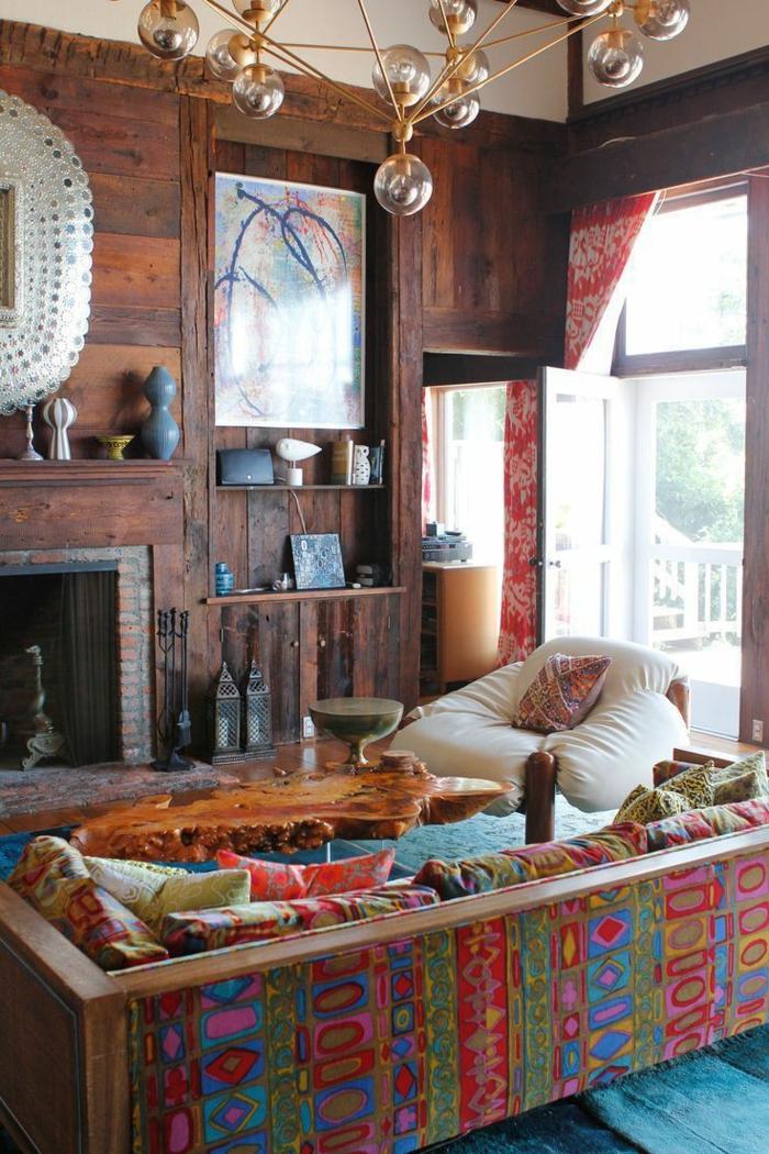 deco boheme, murs en bois, canapé boheme multicolore, grande fenêtre