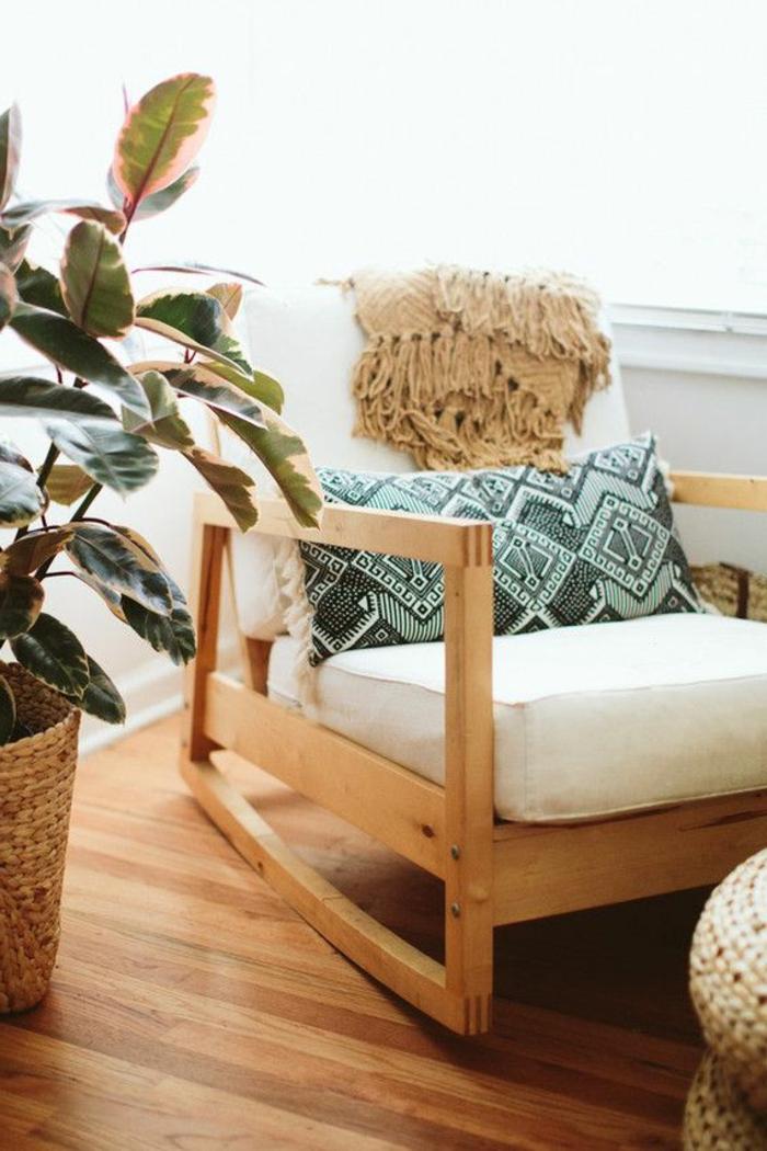 deco boheme, plante verte, parquet en bois, chaise à bascule, coussins décoratifs