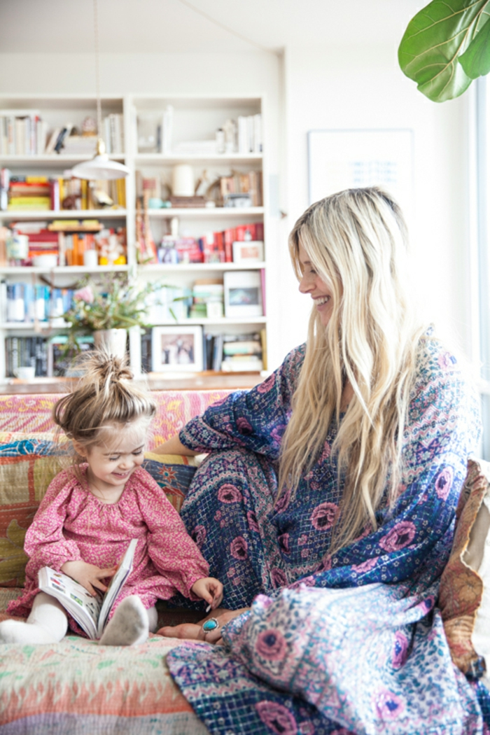 deco chambre boheme, petite fille blonde, canapé à motifs ethniques, plantes vertes, bibliothèque