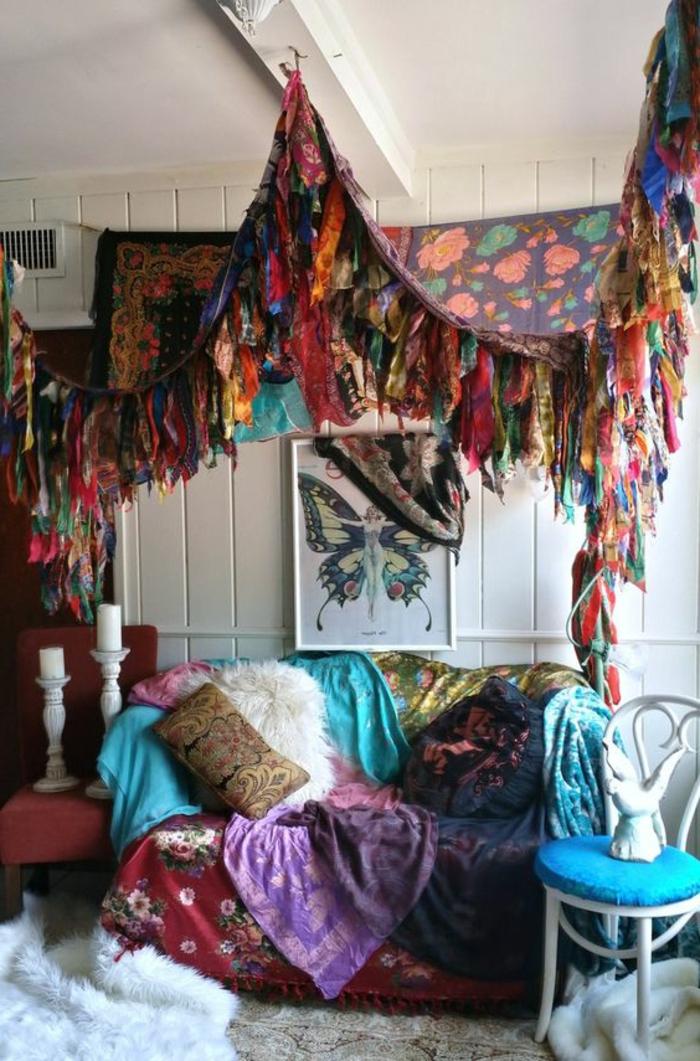 deco boheme, tapis moelleux, chaise blanche, bougeoirs, peinture papillon