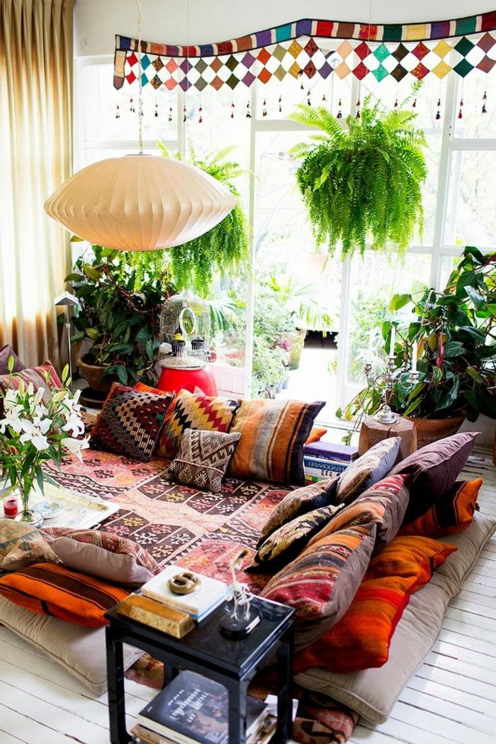 decoration boheme, plantes vertes, tapis ethnique, coussins décoratifs, rideaux longs