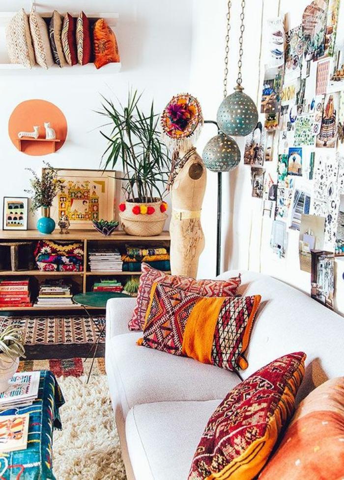 salon boheme, plantes exotiques, tapis moelleux, lampes suspendues, étagère en bois