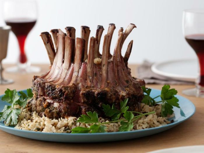 carré d agneau rôti au riz, repas de paques, notre idée de plat principale, viande aux épices et herbes