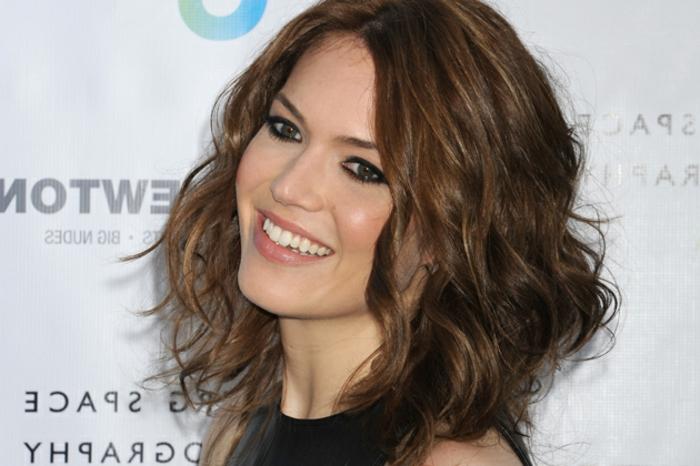 carré long, boucles, coupe cheveux visage rons, mandy moore, idée pour changer de coupe de cheveux, look féminin