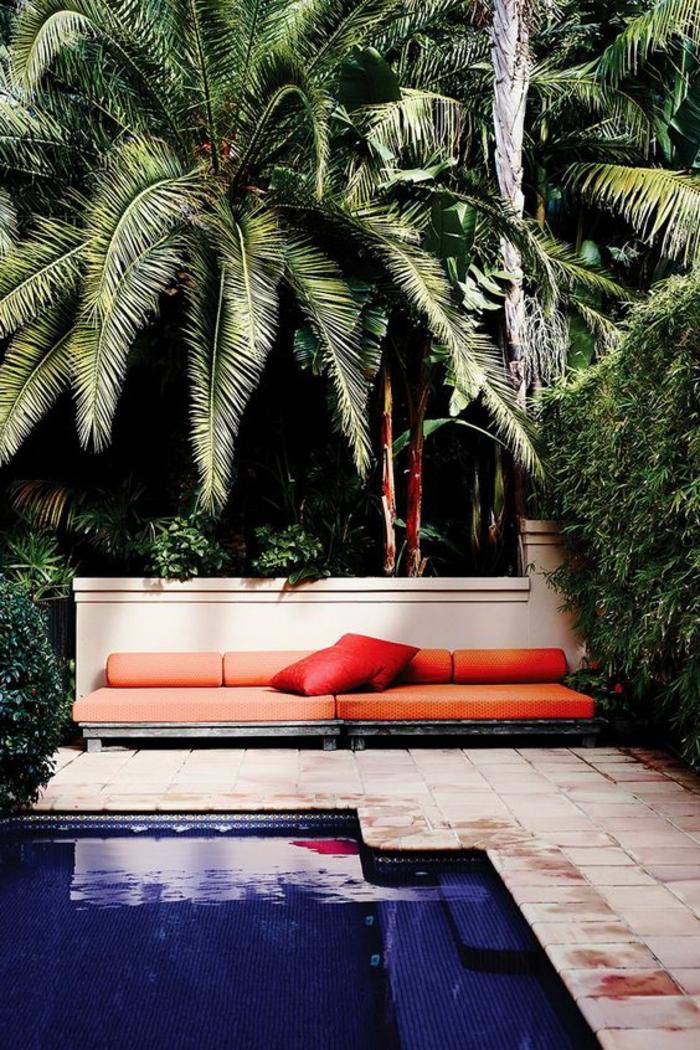 un carrelage plage piscine en terre cuite, un écrin de verdure exotique
