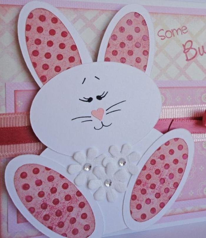 lapin de paques blanc et rose, fleurs blanches, traits de visage faits en feutre, joyeuse paques carte de voeux originale,