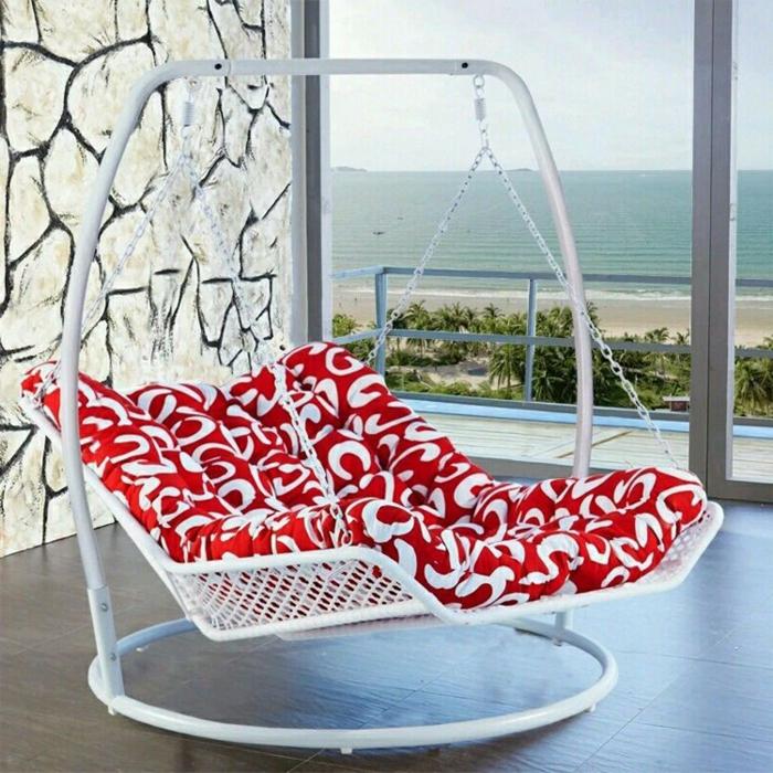 chaise balancoire, matelas rouge super moelleux et une balançoire moderne