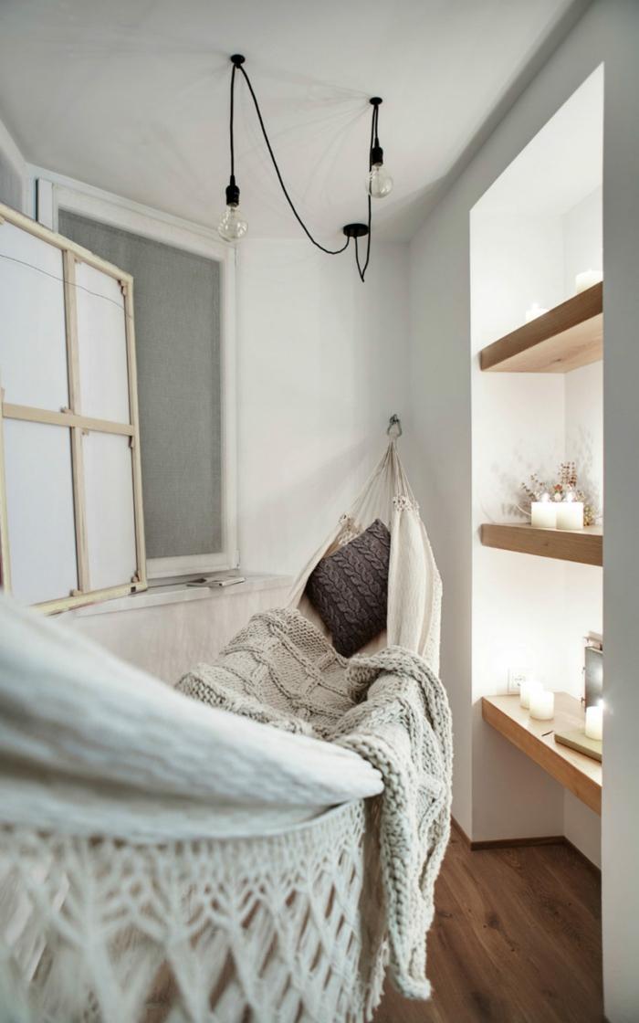 chaise balancoire, rayons muraux en bois, hamac suspendu boho, peinture murale blanche