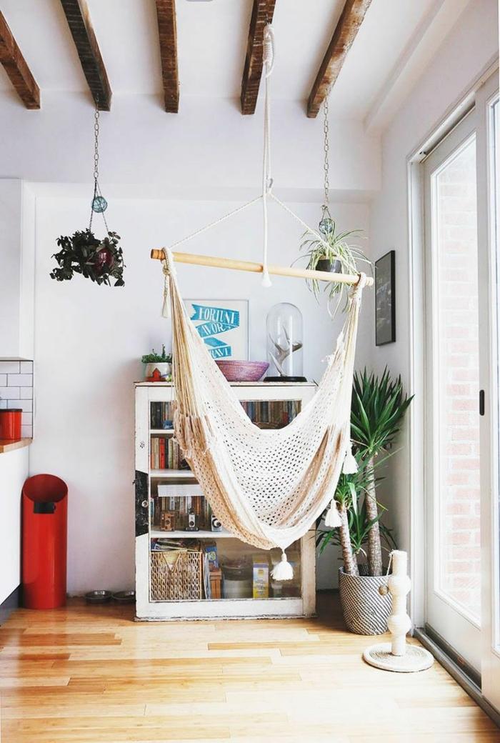 chaise balancoire, poutres apparentes au plafond, buffet blanc avec vitrine