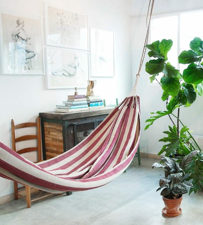 chaise balancoire, hamac à rayures et peintures chromatiques, plantes vertes