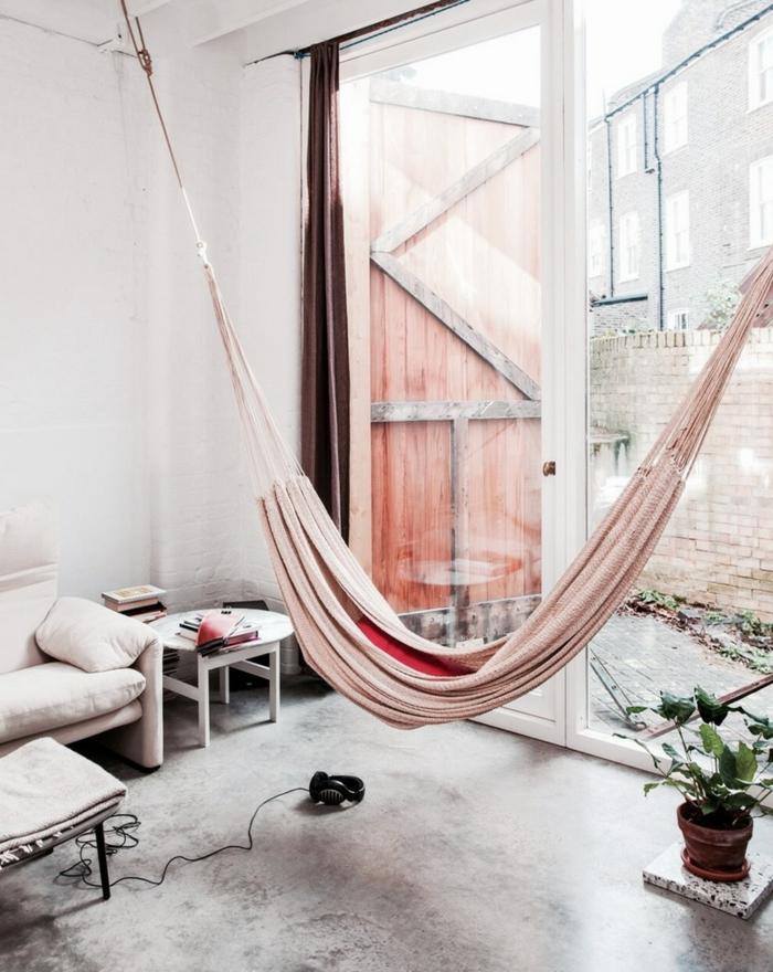 chaise balancoire, hamac rose suspendu au plafond, pièce en couleurs pastels