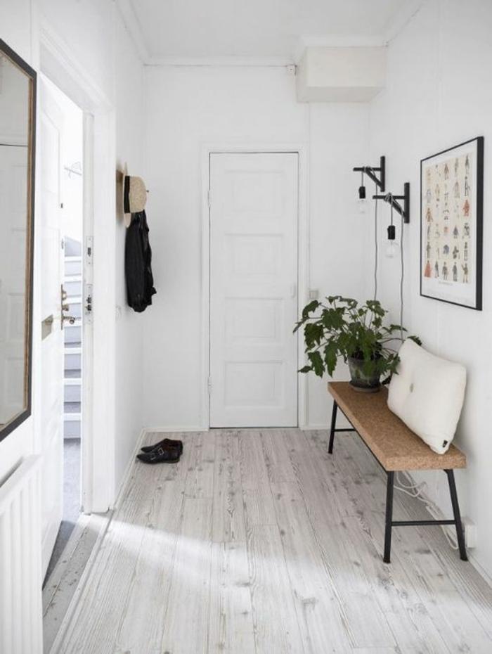 intérieur-minimaliste-banquette-en-bois-sol-en-bois-clair-plante-verte